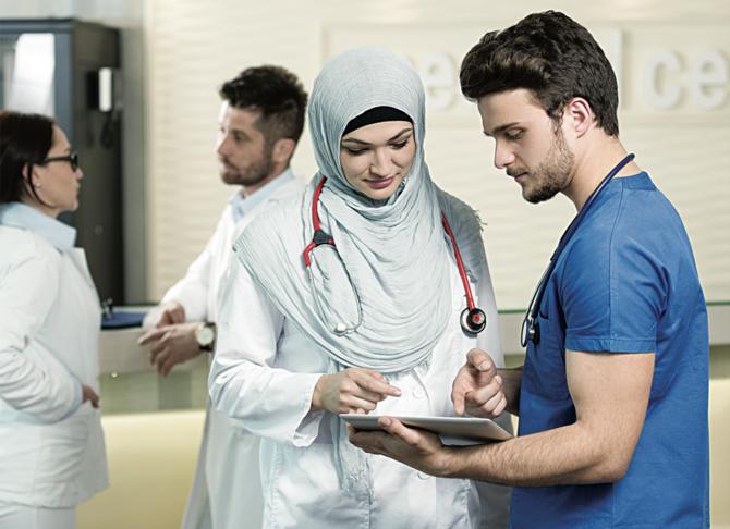 Pemerintah Saudi telah didesak untuk meningkatkan pelatihan bagi para profesional kesehatan dan memudahkan persyaratan visa untuk memenuhi kekurangan yang diharapkan dari staf medis yang berkualitas di Kerajaan.