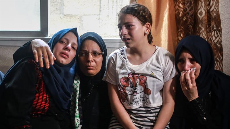 Ibu dari Amir al-Nimra, 15, kedua dari kiri, dan tiga putrinya di pemakamannya di Gaza [Hosam Salem / Al Jazeera]